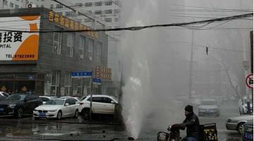 长春清和街新华路交会供热管道爆裂