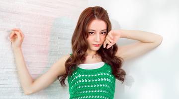 热巴穿绿色编织裙春意盎然