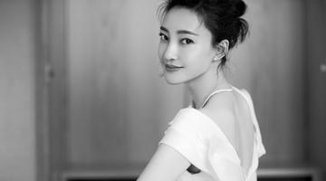 王丽坤白色连身裙大秀美背长腿
