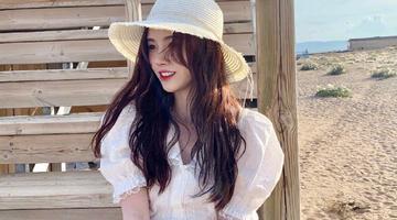 鞠婧祎穿白裙漫步海边眉目如画