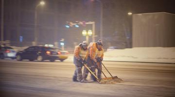 长春环卫工人清晨清雪保障道路畅通