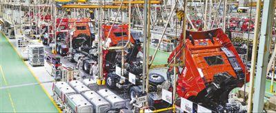 一汽解放卡车厂总装车间,工人在紧张忙碌。人民日报记者 李家鼎摄