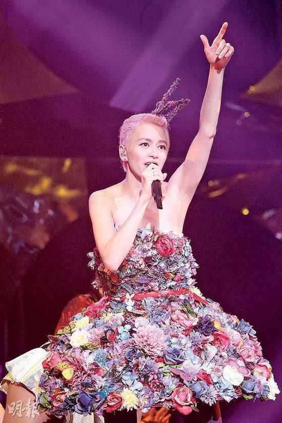 梁咏琪换上立体花花裙劲歌热舞,掀起全晚高潮。
