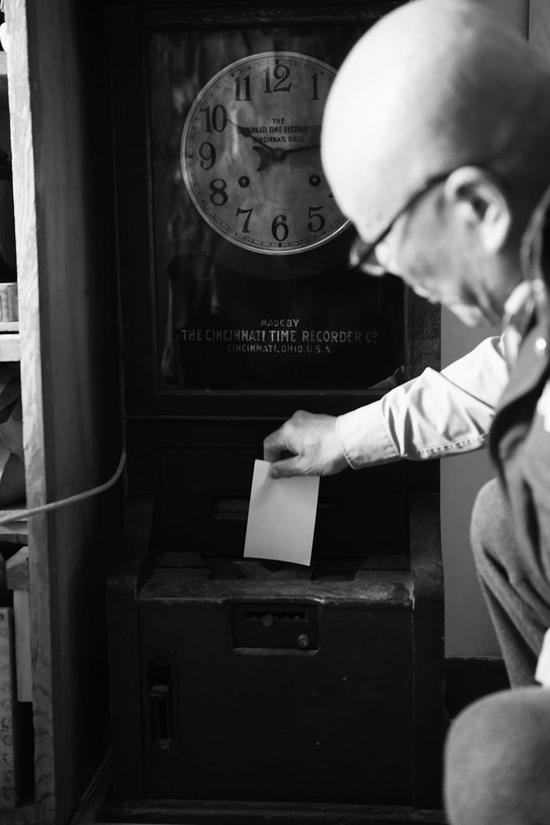 王志英老人收藏的钟表打卡机。 石天蛟 摄