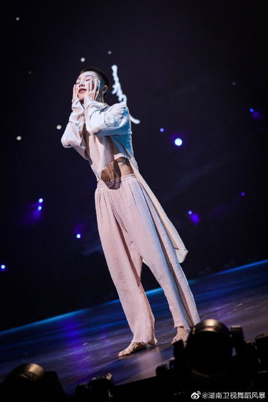谢欣在《舞蹈风暴》表演中。