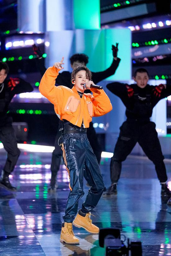 刘逸云在《创造营2021》开播初舞台上,表演了《Shake That Brass》。