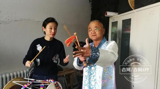 朴胜燮教记者跳长鼓舞