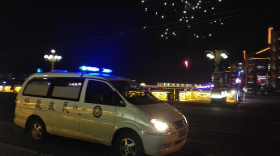 救助站工作人员夜间巡逻