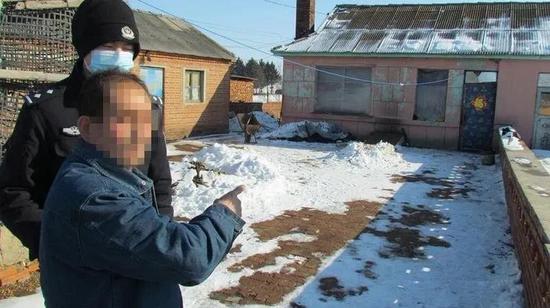 犯罪嫌疑人正在指认犯罪现场(图片由吉林市公安局提供)