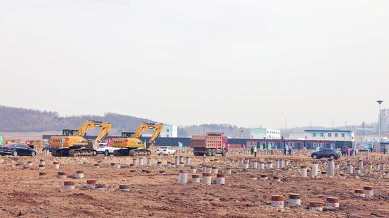 柳河县工业集中区大健康产业园区基础设施(标准厂房)建设项目施工现场。张丽伟摄
