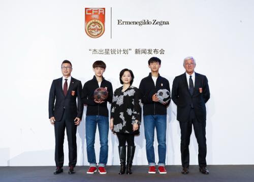 里皮与中国足协副秘书长戚军(左一),李家伟(右二)和温家龙(左二)合影。主办方供图