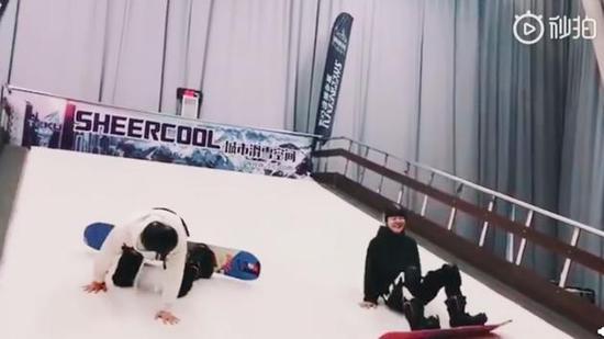 陆毅郭京飞滑雪摔倒