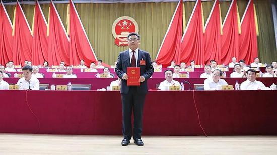 新当选的九台区区长宋长者领取区长任职证书