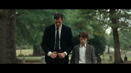 父亲Willard(比尔·斯卡斯加德 饰)与儿子Arvin