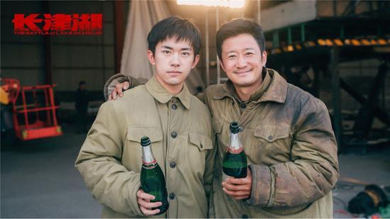 """吴京和易烊千玺""""碰杯""""纪念影片《长津湖》杀青。"""