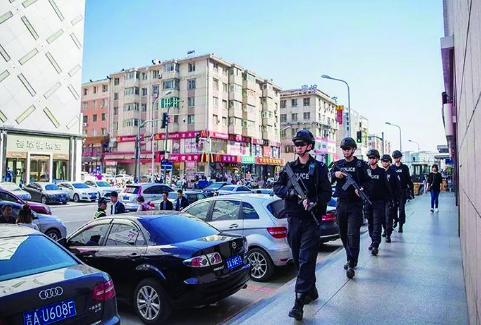 长春公安干警武装巡逻保城市平安。 (长春市公安局供图)