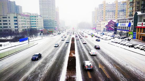 道路交通未受降雪影响,通行顺畅。 李成伟 摄