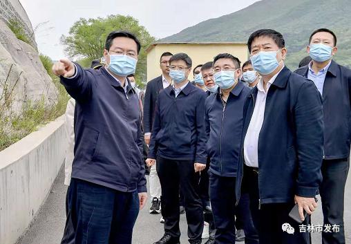 吉林市市长王路(左一)在松花湖近湖区生态恢复及环境综合治理项目地,调研项目进展情况。