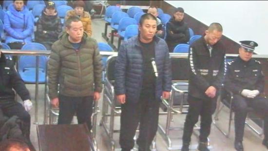 2018年12月11日,被告人刘振华、王友、张文辉在哈尔滨铁路运输法院受审。庭审视频截图