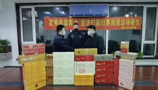 民警向烟酒商店业主彭某返还被盗香烟(昌邑公安分局提供)