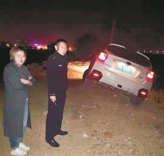 图为:民警与陈女士焦急地等待吊车到来