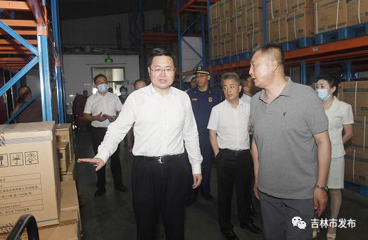图为吉林市市长王路(左)在博宇物流园检查仓储物流消防安全情况。
