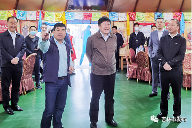 图为吉林市委书记贺志亮(中)在吉林市意禾田家庭生态农场调研。