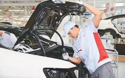 红旗牌轿车生产车间内,工人正在工作。人民网 李 洋摄