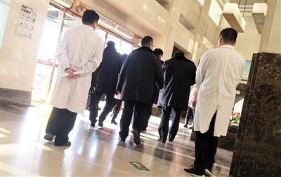 12月27日,武清区市场监督局的工作人员在权健肿瘤医院检查完后,准备离开。
