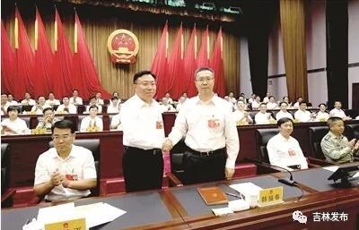 6月5日,四平市第八届人民代表大会第三次会议上,四平市委书记韩福春和新当选的市长郭灵计亲切握手。记者 李敬元 摄