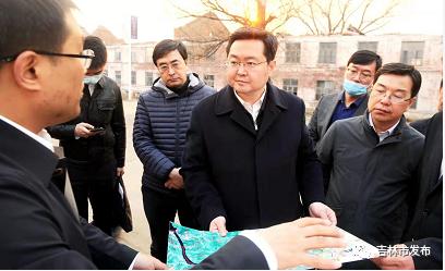 市长王路(右三)在搜登站镇太平村,了解珲乌高速与长春 1 小时经济圈环线配套设施建设情况。