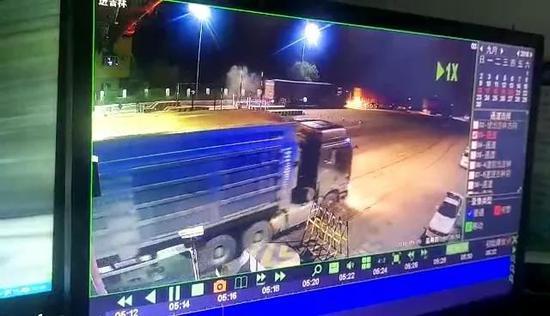 又一队逆行闯卡的车辆。