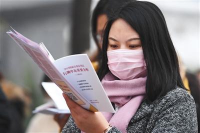 昨日,北京市呼家楼中学考点外,考生在进场前抓紧复习。本版图片/新京报记者 彭子洋 摄