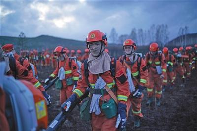 2017年5月4日,武警内蒙古大兴安岭森林支队杨涛和战友从一个火场转战到另一个火场。资料图片/新京报首席记者 陈杰 摄