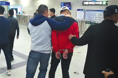 4月12日,一男子在北京地铁6号线列车上实施违法行为,被警方控制。