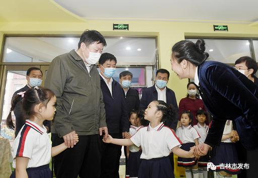 吉林市委书记贺志亮(左)来到吉林市妇联托幼中心,与孩子们共庆节日