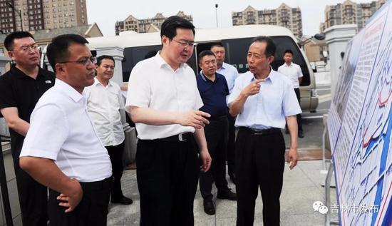 吉林市市长王路(中)在温德河新城大桥段,检查防汛工作情况。