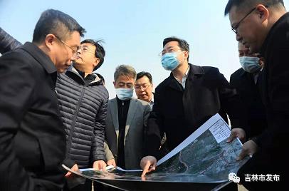 市长王路(右三)来到丰满区吉林化工学院项目建设现场,了解项目进展情况。