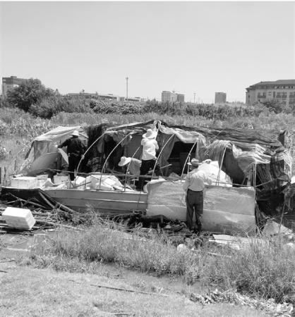 近日,下沙街道空地巡查人员在新元空地巡查时,发现了两个乱搭乱建的窝棚。