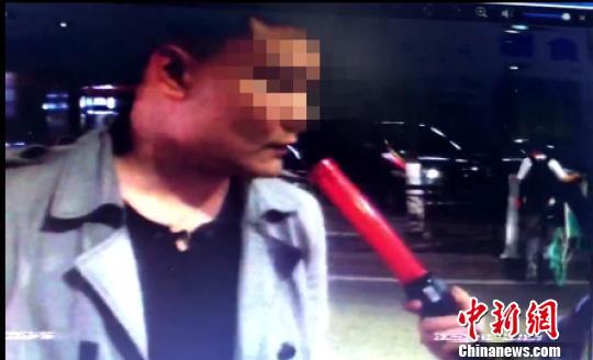 民警对乔某进行酒精测试(视频截图) 梁政 摄