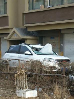 小区楼顶坠下巨型冰块砸坏楼下新车