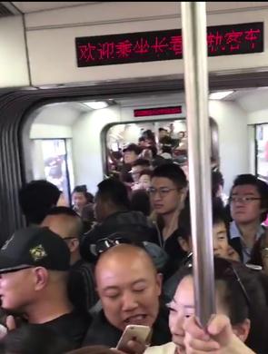 中国旅游日 长春轻轨限流保游客安全