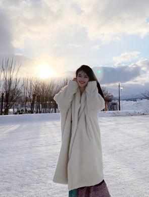 何穗晒雪中美照白到发光笑容甜美