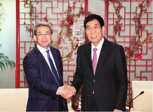 5月20日,省委书记巴音朝鲁在长春会见了率团来我省考察的韩国北方经济合作委员会委员长权九勋。记者 宋锴 摄