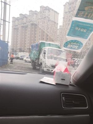 商贩驾货车往胡同里躲藏。李子涵 摄