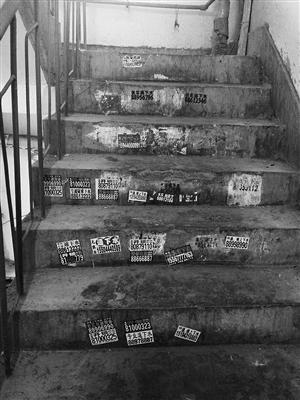门上、楼梯上,到处都是密密麻麻的小广告。李子涵 摄