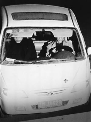 两名男子驾驶施先生的车曾出现在合心镇附近。读者供图