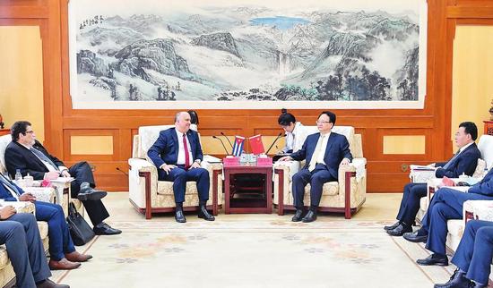 3月30日,吉林省委书记景俊海在长春会见古巴驻华大使卡洛斯·米格尔·佩雷拉一行。 本报记者 邹乃硕 摄