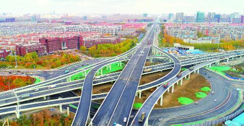 2018年10月,东部快速路生态大街段通车,实现东部快速路与南部快速路、南四环路的交通转换,使城市快速路体系进一步完善。 张扬 摄