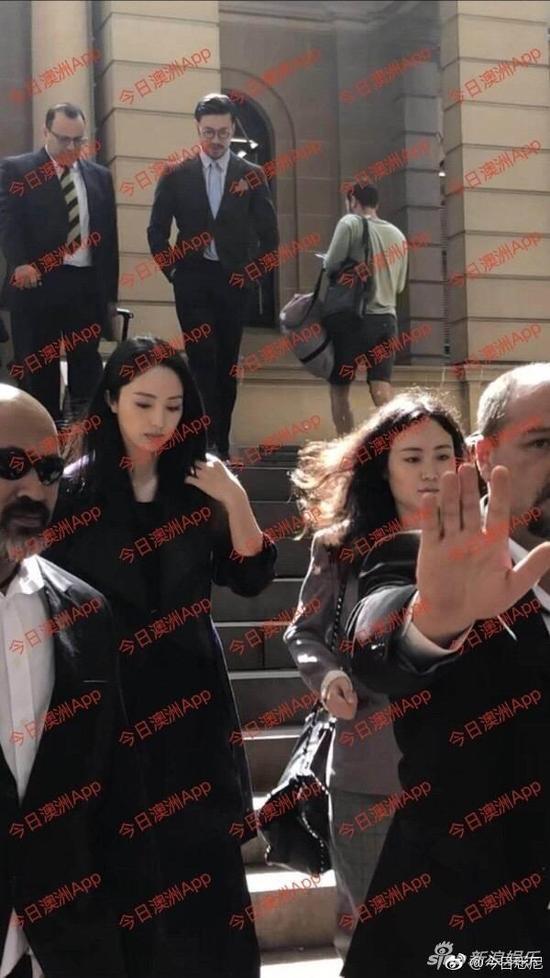走出庭审现场的董璇(图片来源 今日澳洲App)